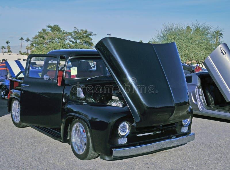 F-100 noir abaissé de 1956 Ford images stock