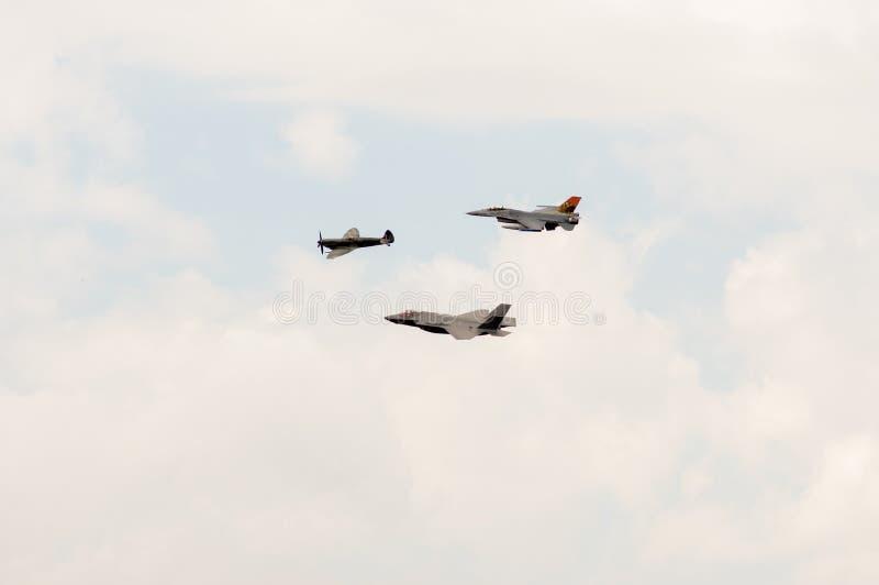F-35, F-16 och hetlevrad person arkivfoton