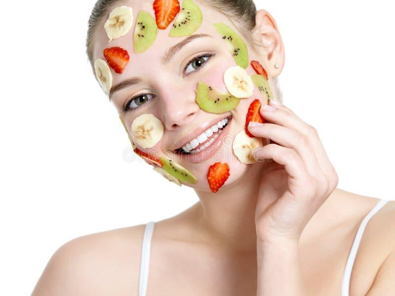 för ansikts- le kvinna fruktmaskering för framsida arkivfoto