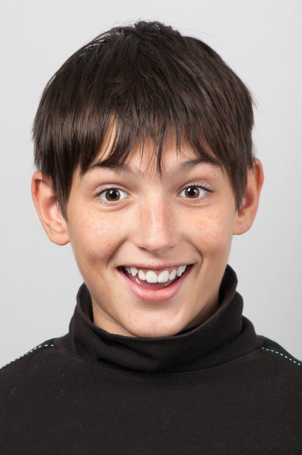 förvånat le för pojkestående royaltyfri fotografi