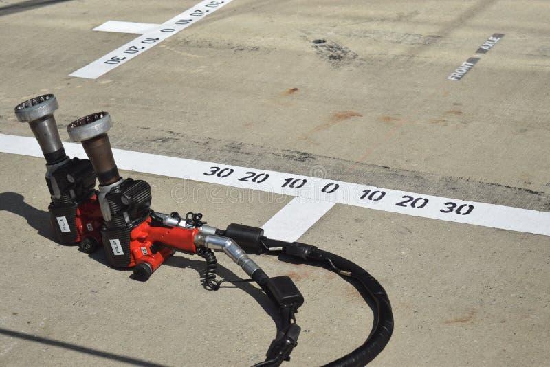 F1 Pitlane Wheelguns arkivfoton