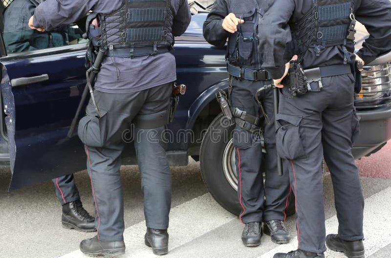 F policjant w umundurowaniu bojowym podczas blokady drogi kontrolować terro zdjęcie stock