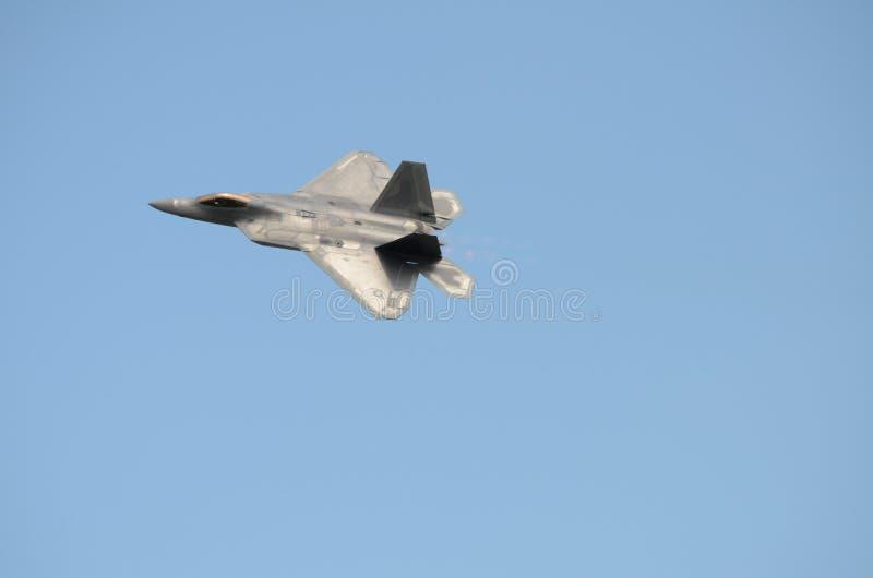 F22 ptaka drapieżnego myśliwiec przeciw niebieskiemu niebu obrazy stock
