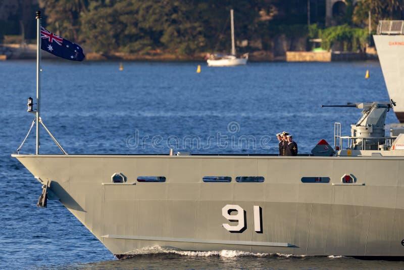 F?r Armidale-grupp f?r HMAS Bundaberg ACPB 91 fartyg patrull av den kungliga australiska marinen i Sydney Harbor royaltyfri bild