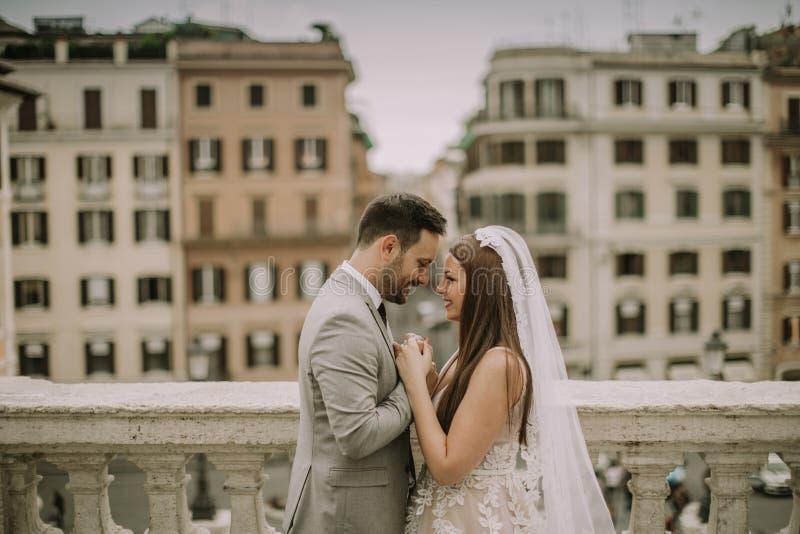 F?r barn som gift par nyligen poserar i Rome med h?rligt och royaltyfri foto
