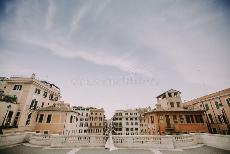 F?r barn som gift par nyligen poserar i Rome med h?rligt och royaltyfria foton