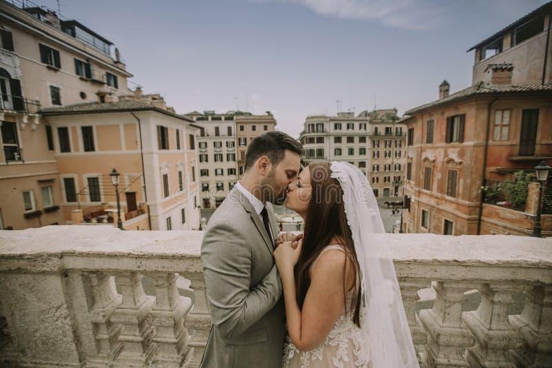F?r barn som gift par nyligen poserar i Rome med h?rligt och royaltyfria bilder