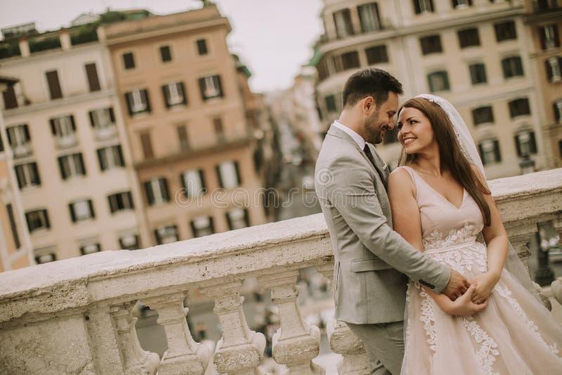 F?r barn som gift par nyligen poserar i Rome med h?rligt och royaltyfri fotografi