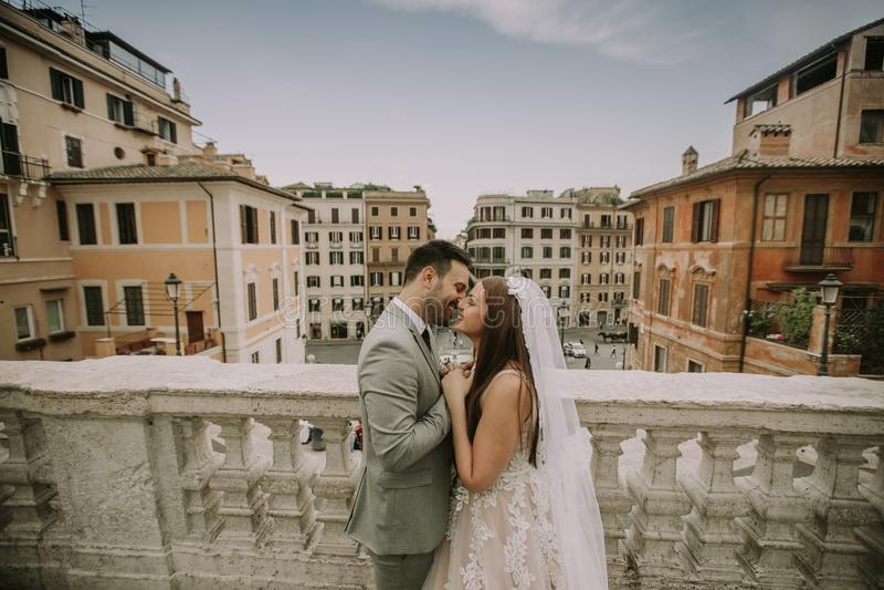 F?r barn som gift par nyligen poserar i Rome med h?rligt och fotografering för bildbyråer