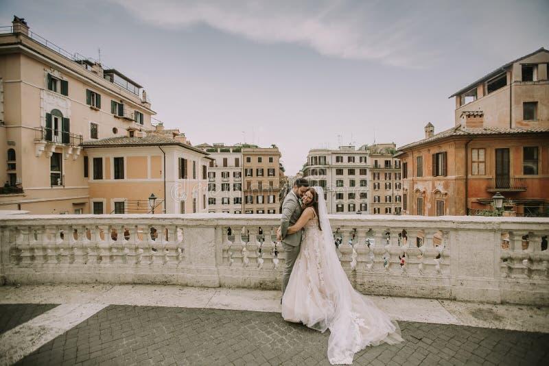 F?r barn som gift par nyligen poserar i Rome med h?rligt och arkivfoto