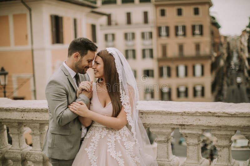 F?r barn som gift par nyligen poserar i Rome med h?rligt och royaltyfri bild