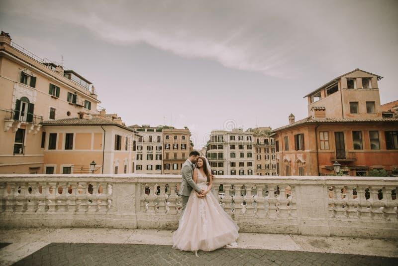 F?r barn som gift par nyligen poserar i Rome med h?rligt och arkivfoton