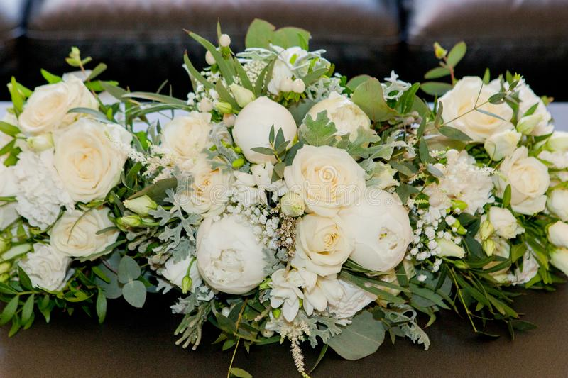 f?r brudbrudgum f?r bukett brud- h?nder Buketten f?r brud` s Härlig bukett av vitt, blåa rosa blommor och grönska som dekoreras m royaltyfria foton