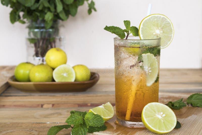 F?r citronte f?r v?xt- sund drink kallt vatten f?r coctail arkivfoton