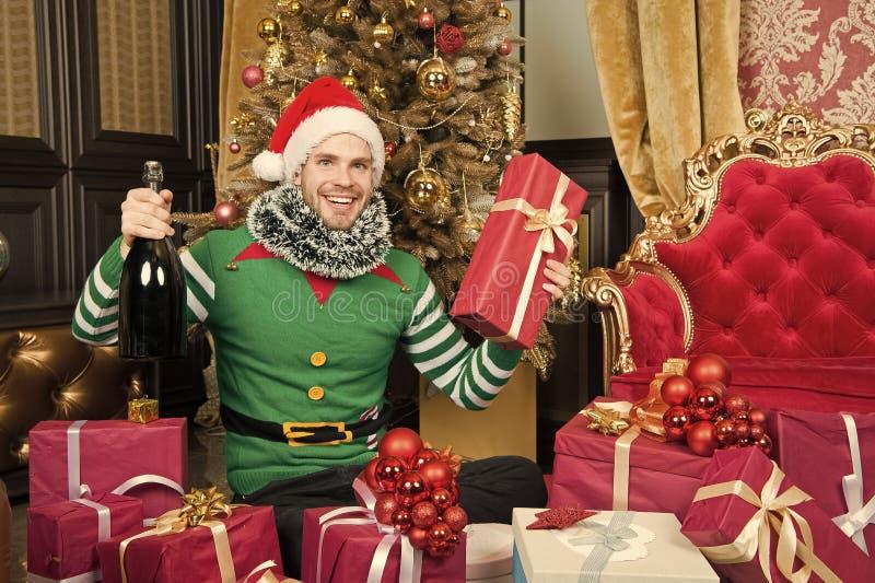 F?r den santa f?r mankl?der kl?der f?r ?lva hatten firar dekorerade grantr?det och g?vor f?r jul inre Julchampagnedrink man arkivbild