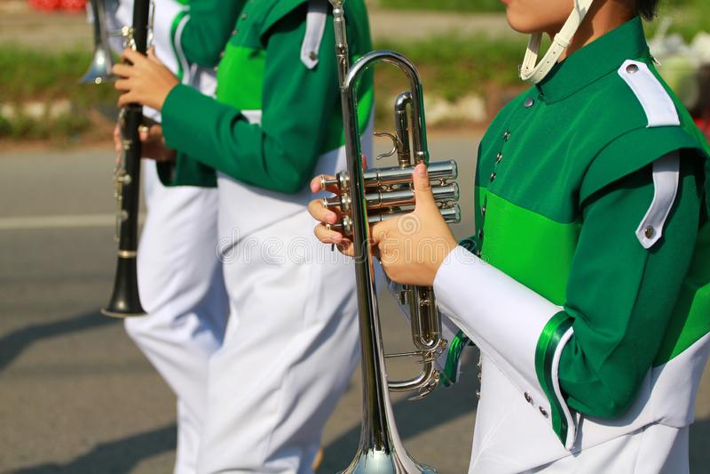 f?r fingerfokus f?r b bl? trumpet w f?r signal f?r saxofon f?r spelare royaltyfria bilder
