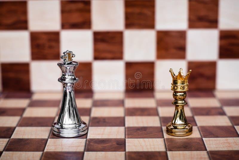 F?r Hintergrund oder Netz Kleines Pfand, das goldenen Kronenstand tr?gt, den K?nig zu konfrontieren Gesch?ft wettbewerbsf?hig und stockfoto