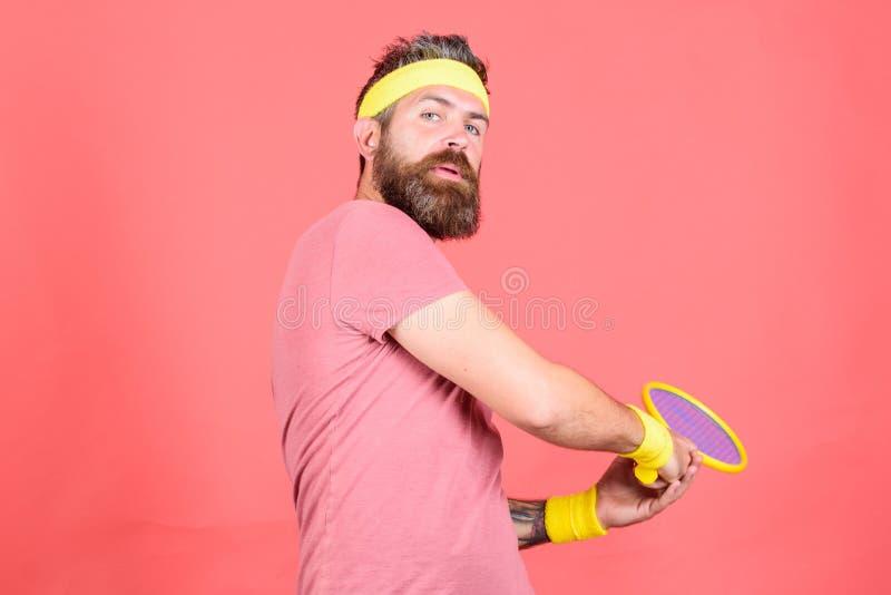 F?r hipsterkl?der f?r man sk?ggig dr?kt f?r sport barnfadergyckel som har att leka tillsammans Aktiv fritid f?r tennis Tennisspel fotografering för bildbyråer