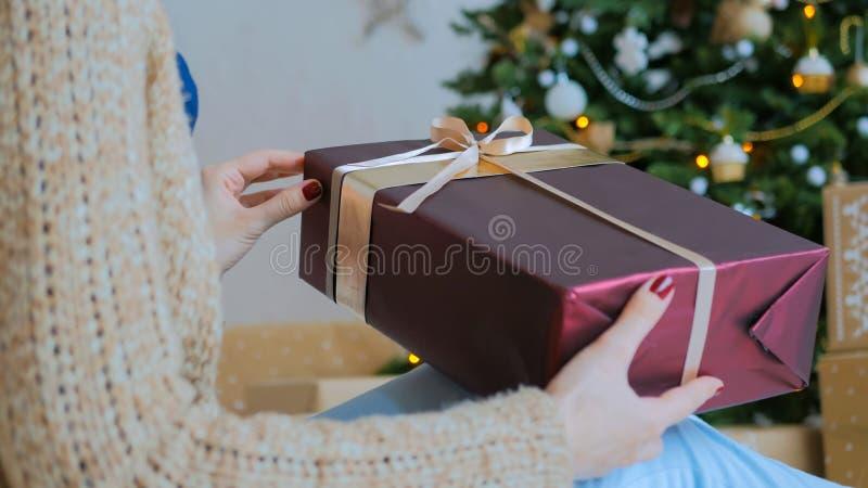 F?r julg?va f?r kvinna h?llande ask arkivbilder