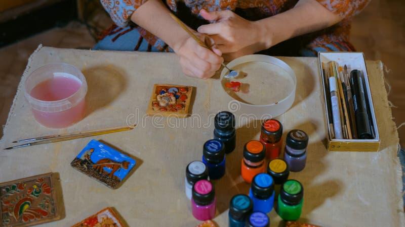 F?r keramikerm?lning f?r yrkesm?ssig kvinna magnet f?r kylsk?p f?r souvenir keramisk arkivfoto