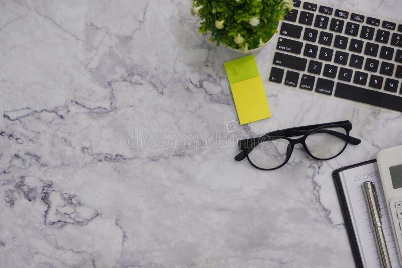 f?r kontorsskrivbord f?r L?genhet-lekmanna- modell vit bakgrund f?r utrymme f?r arbete royaltyfri fotografi