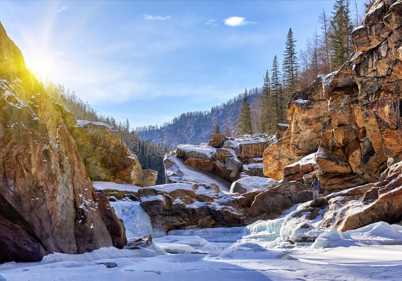 f?r ligganderussia f?r 33c januari ural vinter temperatur Ingång på bergfloden arkivbild