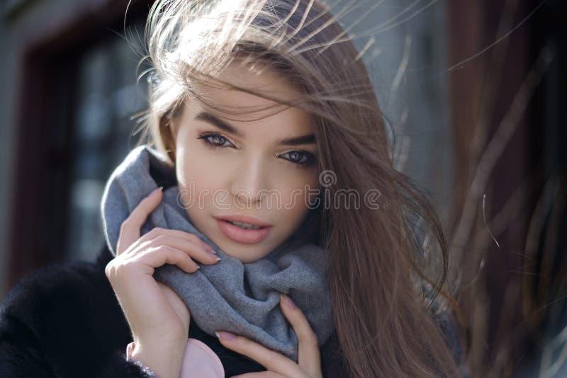 F?r livsstilmode f?r sommar solig st?ende av den unga stilfulla kvinnan som g?r p? gatan, b?rande gullig moderiktig dr?kt arkivbilder