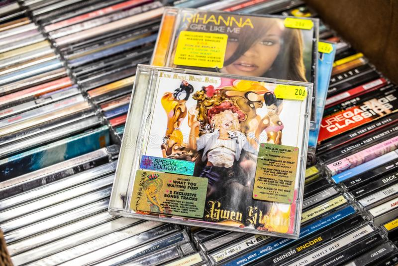 F?r?lskelse f?r Gwen Stefani CDalbum aneurysmen musik Behandla som ett barn 2004 p? till salu ber?md amerikansk s?ngare f?r sk?rm arkivbilder