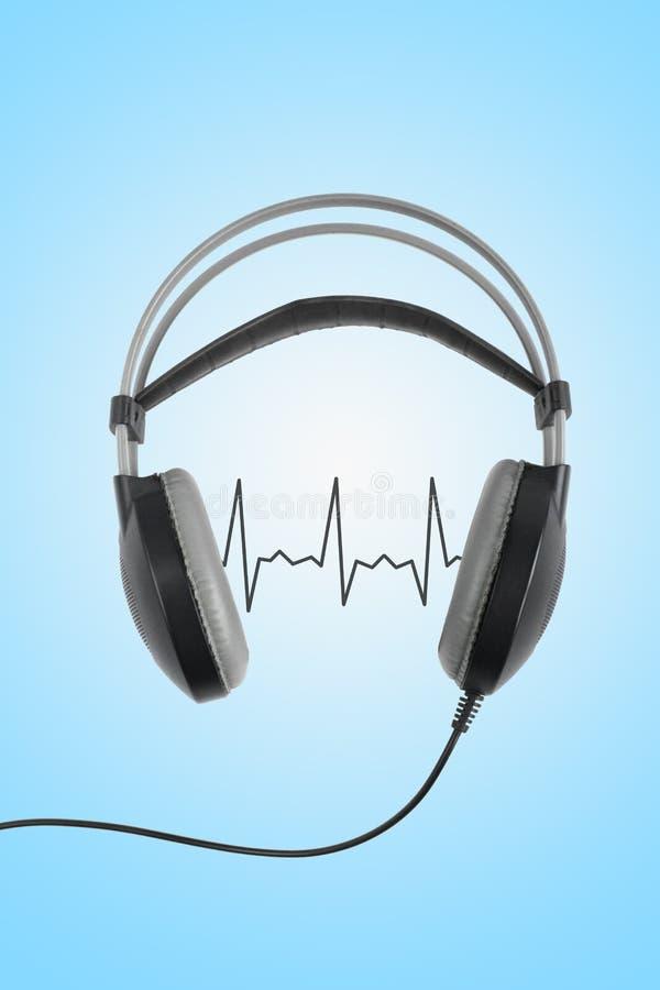 F?r?lskelsemusikbegrepp Trådlös svart hörlurar med kardiogrammet som isoleras på blå bakgrund stock illustrationer