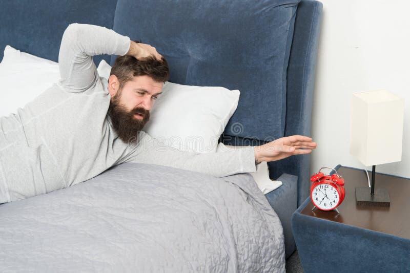 f?r mankudde f?r begrepp sund s?mn Mansömn hemma Under djup sömn släppte återställer hormonet för mänsklig tillväxt och kroppen o royaltyfri fotografi