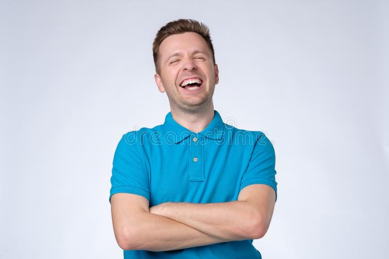 f?r manst?ende f?r bakgrund stiligt isolerat skratta barn f?r white arkivfoto