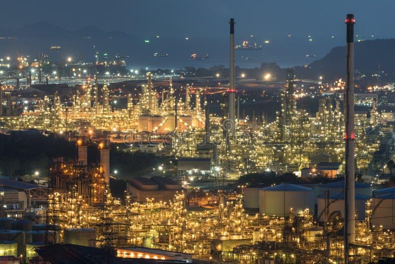 F?r oljalagring f?r flyg- sikt beh?llare med oljeraffinaderibakgrund, oljeraffinaderiv?xt p? natten royaltyfri bild
