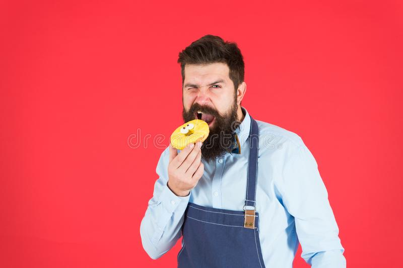 F?r sk?ggig glasad munk bagareh?ll f?r Hipster p? r?d bakgrund Kaf? och bageribegrepp S?t munk fr?n bagare Upps?kt man arkivfoto