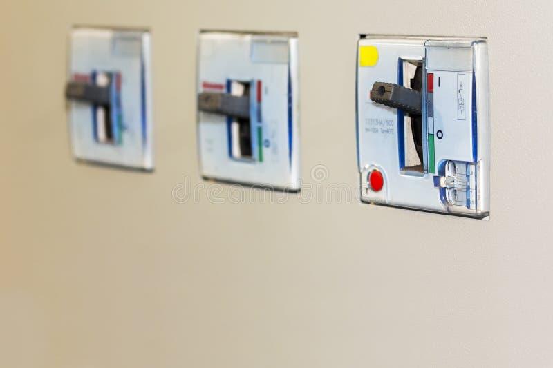 F?r str?mkretss?kerhetsbrytare f?r elektrisk utrustning tillbeh?r f?r kontrollelkraft p? mdbkabinettet f?r industriellt med kopie arkivbild