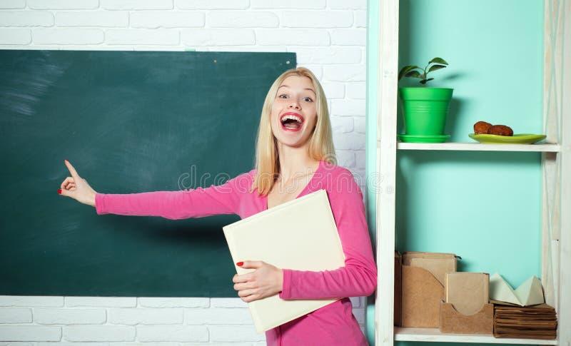 F?r studentst?llning f?r flicka f?rtjusande utrymme f?r kopia f?r bakgrund f?r svart tavla f?r klassrum Skolutbildning formell ut royaltyfria foton