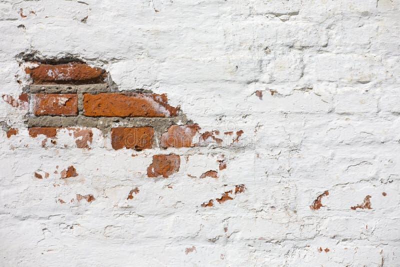 F?r tegelstenv?gg f?r tappning gammal textur R?d vit Stonewall f?r Grunge horisontalbakgrund Sjaskig byggnadsfasad med skadad mur royaltyfri fotografi