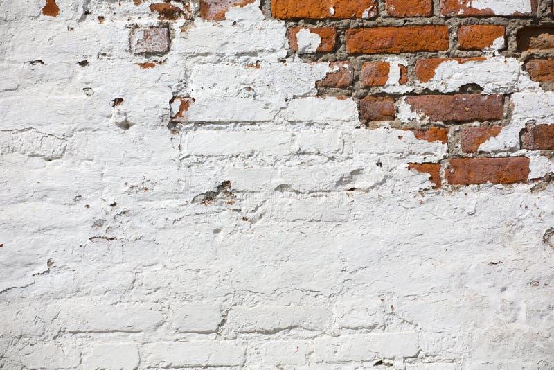F?r tegelstenv?gg f?r tappning gammal textur R?d vit Stonewall f?r Grunge horisontalbakgrund Sjaskig byggnadsfasad med skadad mur arkivfoto