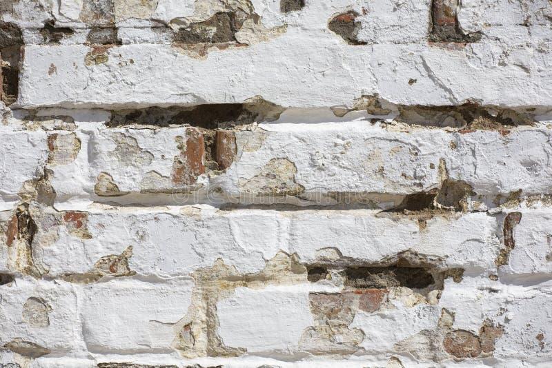 F?r tegelstenv?gg f?r tappning gammal textur R?d vit Stonewall f?r Grunge horisontalbakgrund Sjaskig byggnadsfasad med skadad mur royaltyfria foton