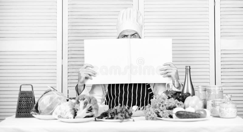 F?rb?ttra att laga mat expertis Anv?ndbar bok f?r att laga mat Kulinarisk karri?r f?r start Ultimat laga mat handbok stegvis Bokr arkivfoton