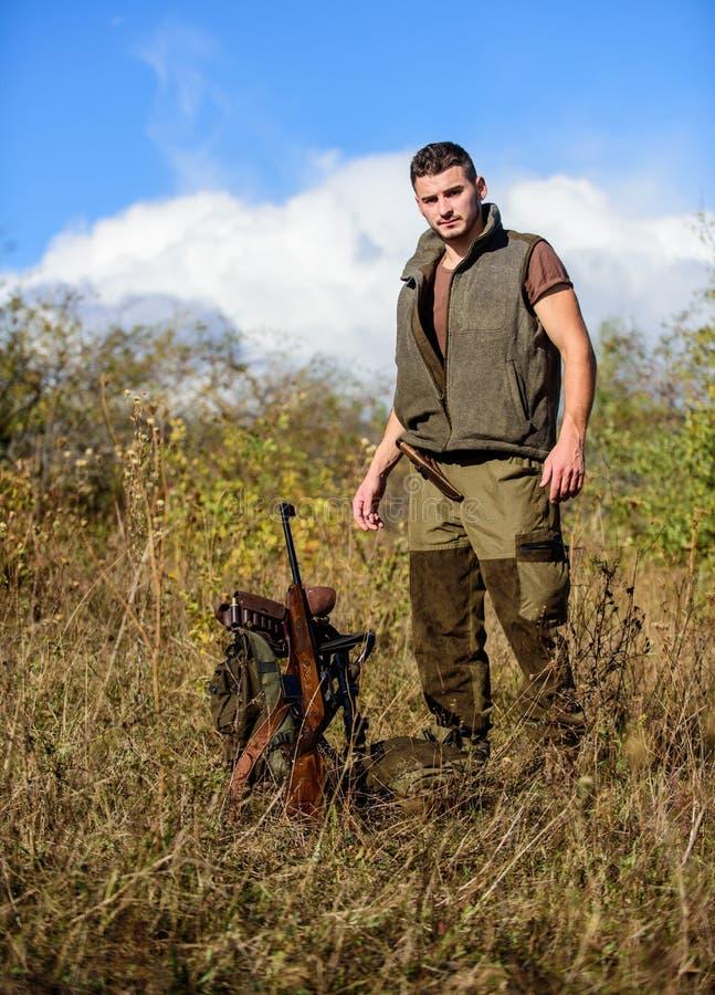 F?rbered sig f?r att jaga Vad du b?r ha stund som jagar naturmilj?n Man med naturen f?r gev?rjaktutrustning royaltyfria foton