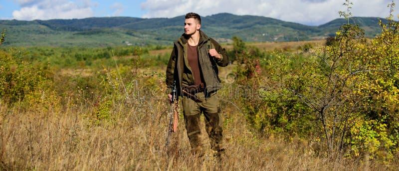 F?rbered sig f?r att jaga Vad du b?r ha stund som jagar naturmilj?n Jaga utrustning och s?kerhets?tg?rder man royaltyfri bild