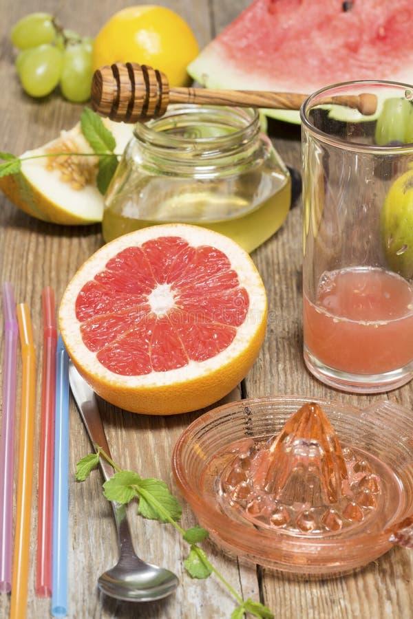 F?rbereda fruktsaft arkivfoto