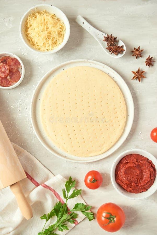 F?rbereda individuella pizza fr?n pizzast?ng arkivbild