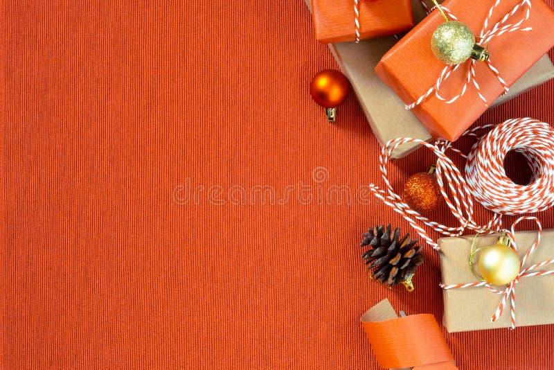 F?rbereda sig f?r ferien - inpackning av jul- eller julg?vor i r?tt och beige inpackningspapper fotografering för bildbyråer
