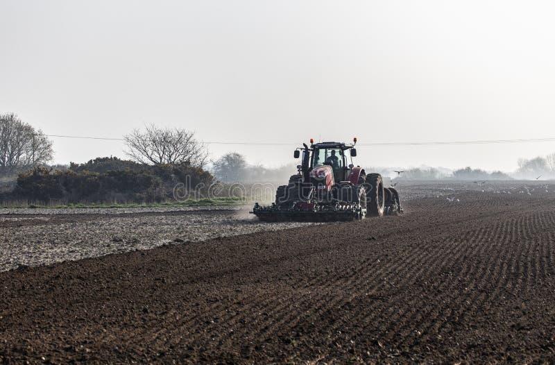 F?rberedd jord f?r att plantera f?r v?r royaltyfri foto