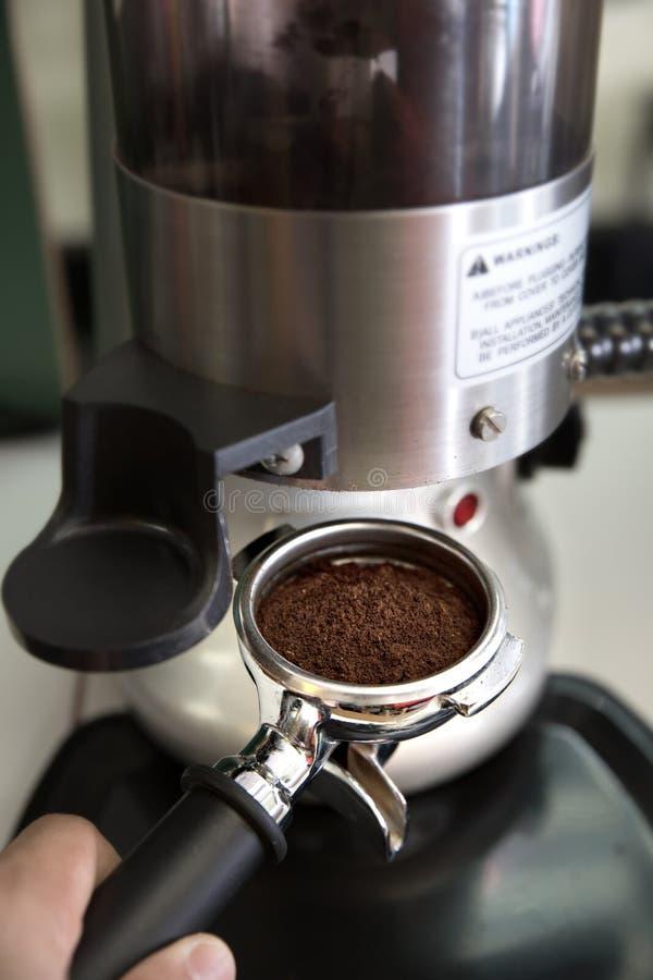 F?rbereder espresso i hans coffee shop; n?rbild arkivbilder