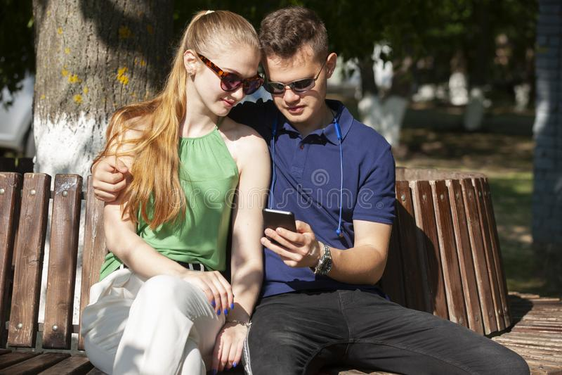 f?rbunden f?r?lskelse Romantiska par som enyojing i ?gonblick av lycka i, parkerar F?r?lskelse och mjukhet, datumm?rkning, romans royaltyfri bild