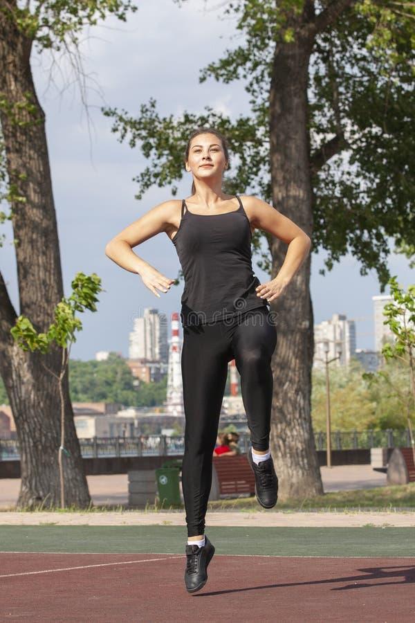 F?rdig kvinna som utomhus ?var, sund livsstil och ?vningsbegrepp arkivfoto