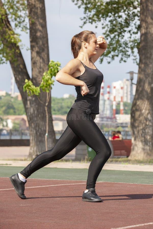 F?rdig kvinna som utomhus ?var, sund livsstil och ?vningsbegrepp arkivbild