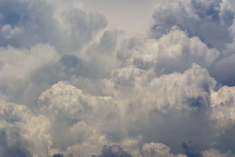F?rdunklar bildande f?r bakgrundscumulonimbusmoln fotografering för bildbyråer